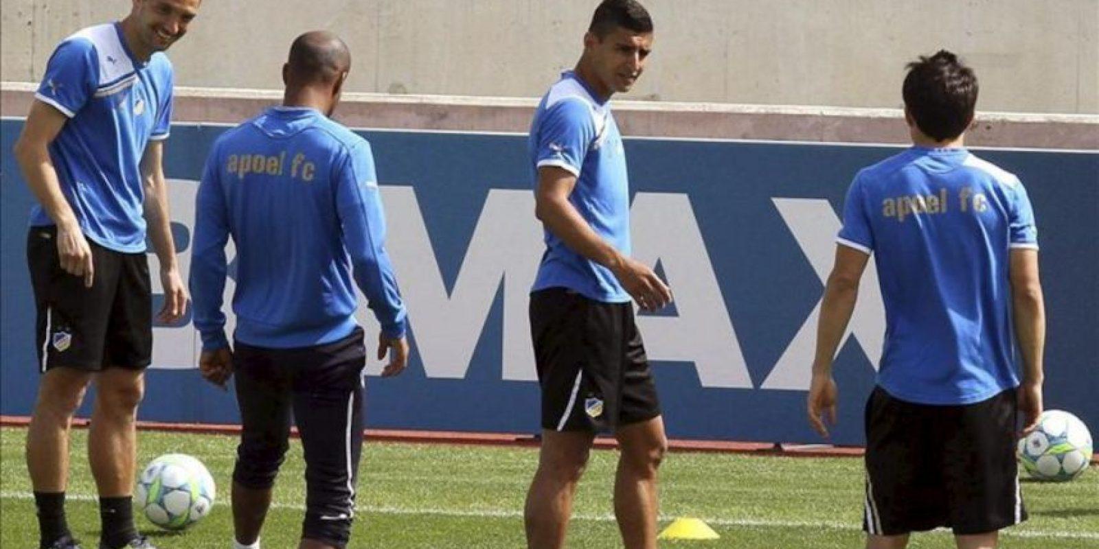 Jugadores del APOEL Nicosia entrenan hoy en Nicosia (Chipre). El Real Madrid jugará mañana contra el Nicosia en el partido de ida de los cuartos de final de la Liga de Campeones. EFE