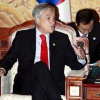 El presidente de Chile, Sebastián Piñera (i), habla con y su homólogo surcoreano, Lee Myung-bak (fuera de cuadro), en una reunión en el despacho presidencial surcoreano en Seúl (Corea del Sur). EFE