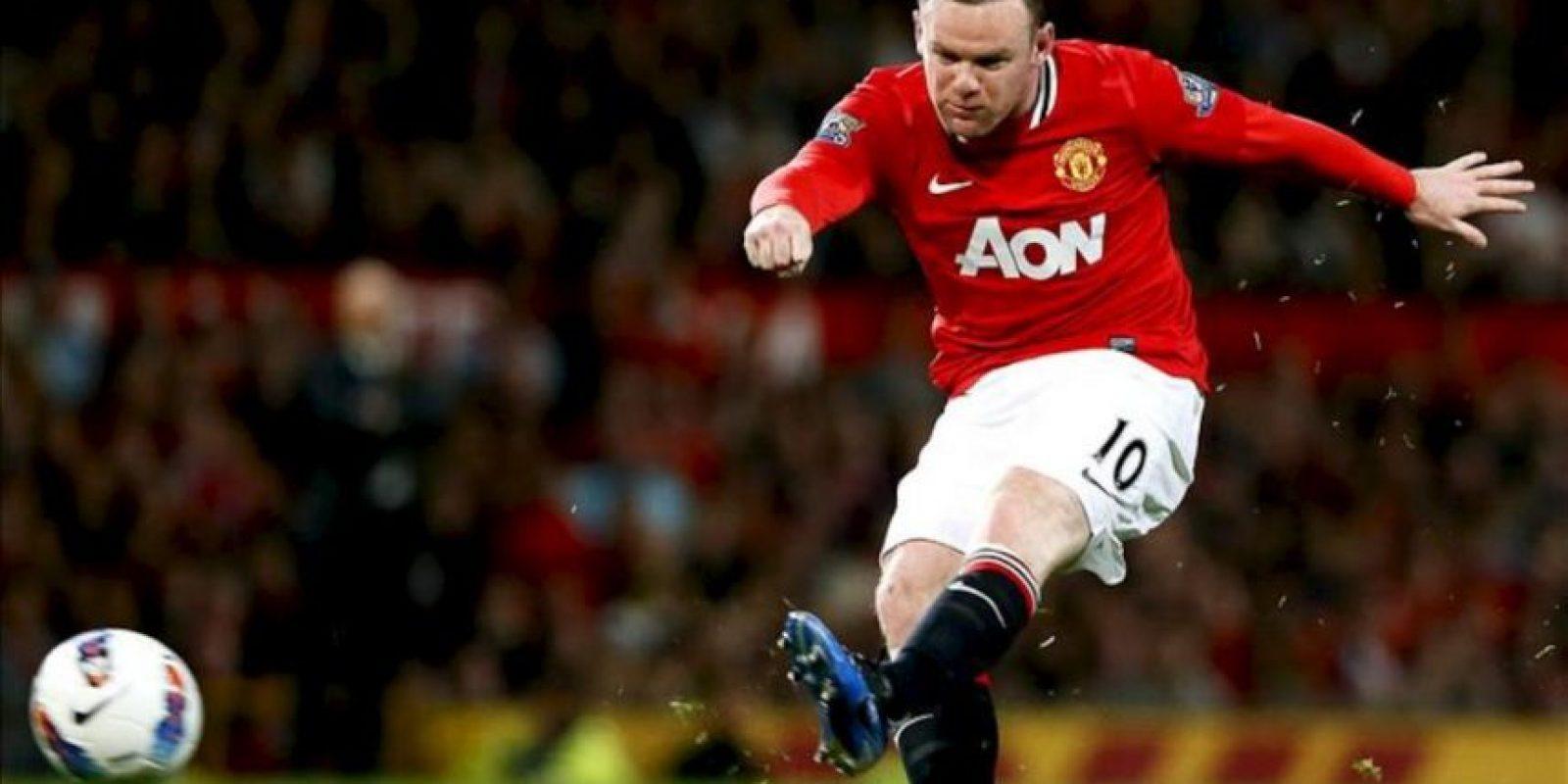 El jugador Manchester United Wayne Rooney patea el balón durante un partido de su equipo ante el Fulham por la Liga Premier en el estadio Old Trafford de Manchester (Reino Unido). EFE