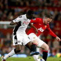 El jugador de Manchester United Wayne Rooney (d) disputa el balón con Mahamadou Diarra (i), del Fulham durante un partido de su equipo ante el Fulham por la Liga Premier en el estadio Old Trafford de Manchester (Reino Unido). EFE