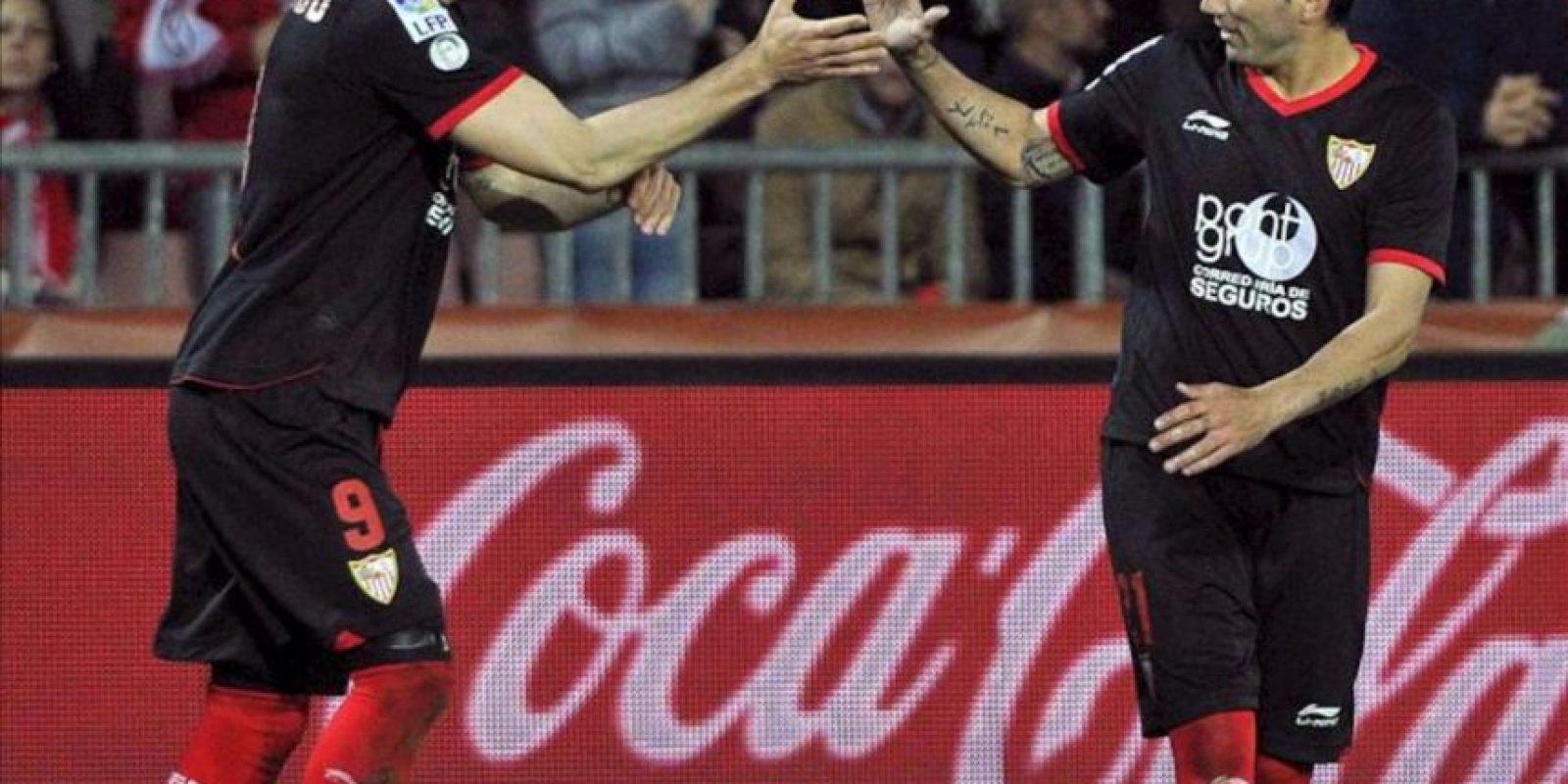 Los jugadores del Sevilla, Álvaro Negredo (i) y José Antonio Reyes, celebran el primer gol del equipo sevillista, durante el encuentro correspondiente a la jornada 30 de primera división, que han disputado frente al Granada en el estadio granadino de Los Carmenes. EFE