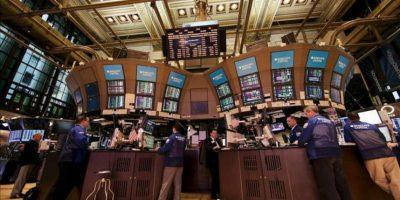 Comerciantes trabajan en la sede de la Bolsa de Nueva York (EE.UU.). EFE/Archivo