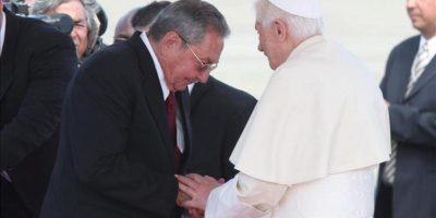 El papa Benedicto XVI (d) saluda al presidente de Cuba, Raúl Castro (i), en el aeropuerto internacional de Santiago de Cuba, a donde llegó para realizar una visita apostólica hasta el miércoles 28 de marzo, en la segunda y última parte de la gira latinoamericana que comenzó en México.EFE