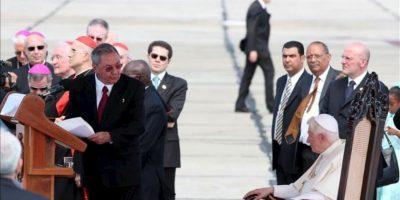 El Papa Benedicto XVI (d) escucha un discurso del presidente de Cuba, Raúl Castro (i), en el aeropuerto internacional de Santiago de Cuba, a donde llegó para realizar la segunda y última parte de la gira latinoamericana que comenzó en México. EFE