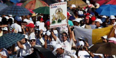 Peregrinos y católicos cubanos asisten, este 26 de marzo, a la Plaza Antonio Maceo de Santiago de Cuba, donde el papa Benedicto XVI oficia su primer misa en la isla. EFE