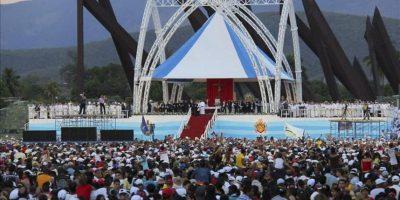 Cientos de personas asisten a una misa oficiada por el papa Benedicto XVI en la Plaza Antonio Maceo de Santiago de Cuba. EFE