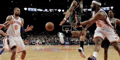Baron Davis (d) de los New York Knicks realiza un pase a Tyson Chandler (i) ante la defensa de Drew Gooden (c) de los Milwaukee Bucks durante un partido de la NBA disputado en el Madison Square Garden en Nueva York (EE.UU.). EFE