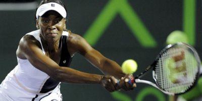 La estadounidense Venus Williams devuelve la bola a la serbia Ana Ivanovic, durante el juego del torneo de tenis de Miami, en Cayo Vizcaíno, Florida (EE.UU.). EFE