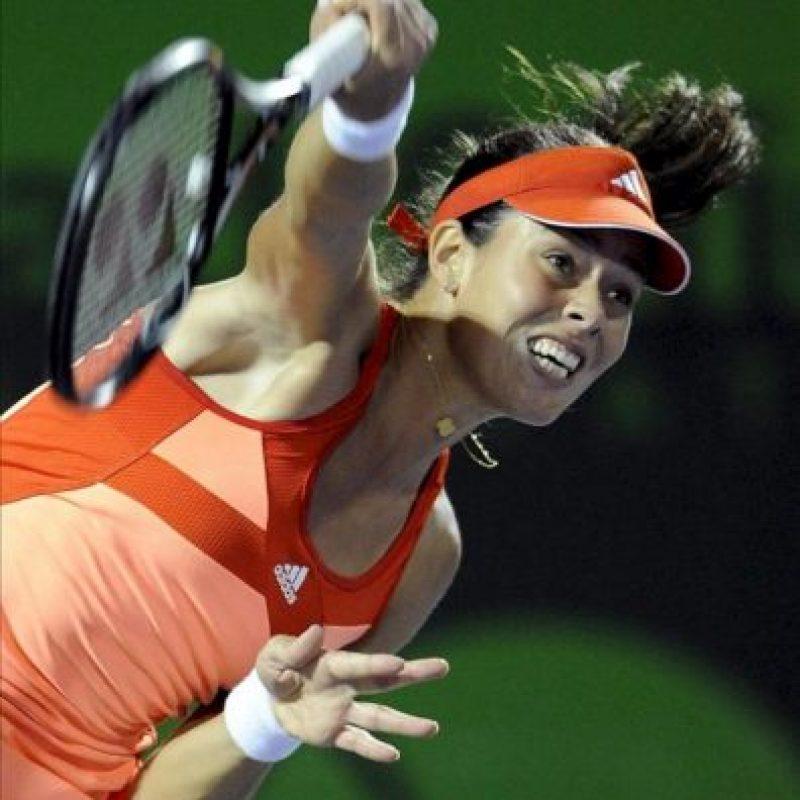 La serbia Ana Ivanovic devuelve la bola a la estadounidense Venus Williams, durante el juego del torneo de tenis de Miami, en Cayo Vizcaíno, Florida (EE.UU.). EFE