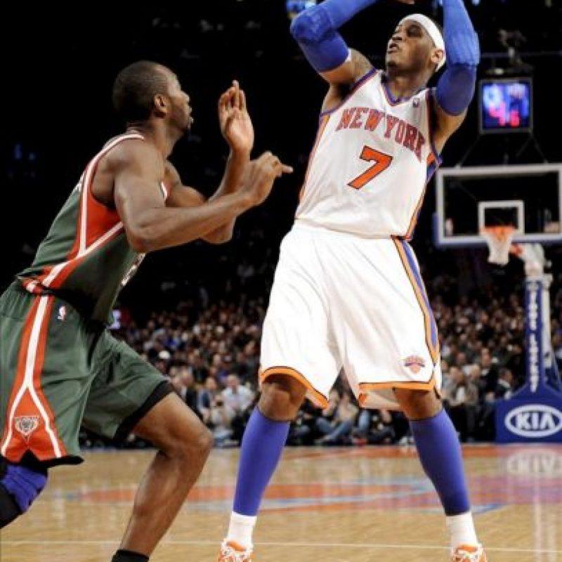 Carmelo Anthony (d) de los New York Knicks en acción ante Luc Richard Mbah a Moute (i) de los Milwaukee Bucks durante un partido de la NBA disputado, en el Madison Square Garden en Nueva York (EE.UU.). EFE