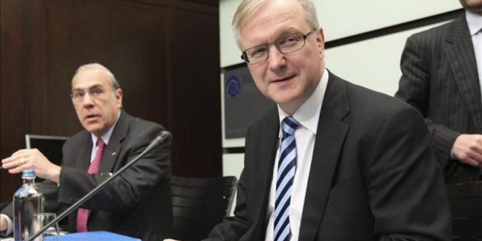 El secretario general de la Organización para la Cooperación y el Desarrollo Económico (OCDE), el mexicano Ángel Gurría (i), y el comisario europeo de Política Económica y Monetaria, el finlandés Olli Rehn, durante la rueda de prensa celebrada para presentar los informes de la organización sobre la situación de la zona euro y del conjunto de la Unión Europea, en Bruselas (Bégica). EFE