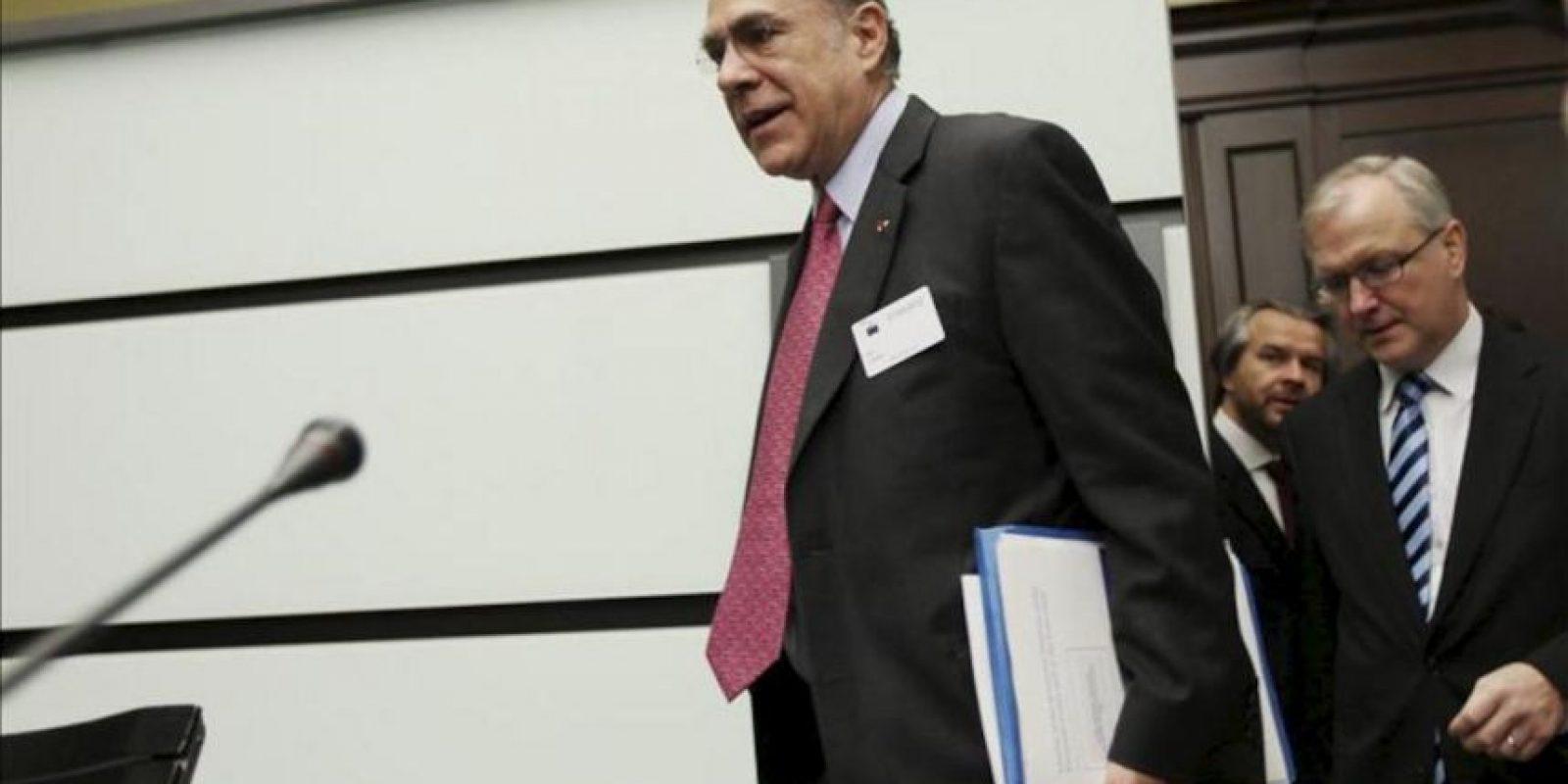 El secretario general de la Organización para la Cooperación y el Desarrollo Económico (OCDE), el mexicano Ángel Gurría (i), y el comisario europeo de Política Económica y Monetaria, el finlandés Olli Rehn, a su llegada a la rueda de prensa celebrada para presentar los informes de la organización sobre la situación de la zona euro y del conjunto de la Unión Europea, en Bruselas (Bégica). EFE