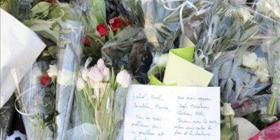 Flores y cartas recuerdan a las víctimas del colegio Ozar Hatorah de Toulouse, Francia. El pasado 19 marzo el colegio Ozar Hatorah de Toulouse fue víctima de un tiroteo en el que murieron el profesor de religión y rabino Jonathan Sandler, de 30 años de edad, y dos de sus tres hijos, de cuatro y cinco años. En el ataque fue asesinada también la hija del director de la escuela, de siete años de edad. EFE/Archivo