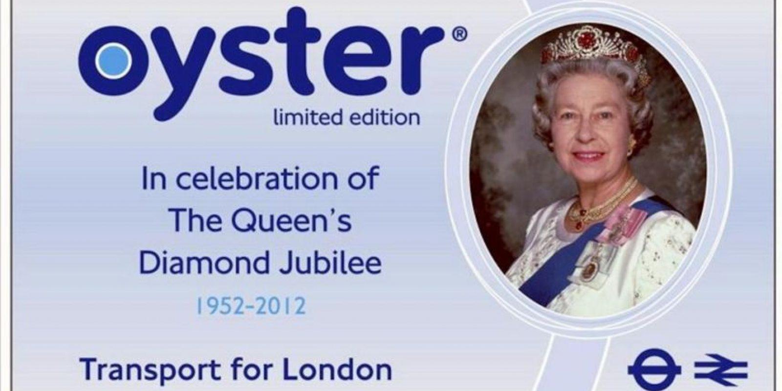 """Fotografía facilitada por la autoridad del transporte de Londres (TFL) que presentó hoy dos ediciones limitadas de las populares tarjetas de prepago """"Oyster"""" para celebrar los próximos acontecimientos que tendrán lugar en la ciudad: los Juegos Olímpicos y el Jubileo de Diamantes de la Reina Isabel II. EFE"""