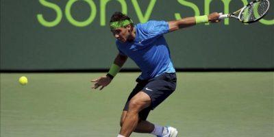El tenista español Rafael Nadal devuelve la bola al tenista japonés Kei Nishikori duranet el partido de octavos de final del torneo de tenis de Miami, segundo Master 1000 de la temporada, Estados Unidos, este 27 de marzo. EFE