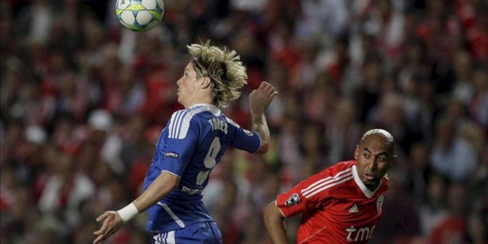 El jugador del Benfica Luisao (d) lucha por el control del balón con el delantero español Fernando Torres (i) del FC Chelsea durante el partido de ida de los cuartos de final de la UEFA Champions League jugado en el estadio de la Lus de Lisboa, Portugal el 27 de marzo de 2012. EFE