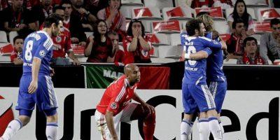 Los jugadores Fernando Torres (d) y Juan Mata (2-d) del Chelsea FC celebran después de la anotación de Salomon Kalou contra Benfica durante el partido de ida de los cuartos de final de la Liga de Campeones UEFA jugado en el estadio de la Lus de Lisboa (Portugal). EFE