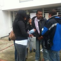A pesar de sostenerse con bastón debido a su enfermedad los pacientes protestaron por la falta de servicio