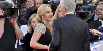 """La actriz británica Kate Winslet (i) y el director estadounidense James Cameron (d) posan para los medios a su llegada al estreno de la película """"Titanic 3D"""" en el Royal Albert Hall de Londres. EFE"""