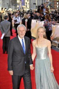 """El director estadounidense James Cameron (i) y su esposa Suzy Amis (d) a su llegada al estreno de la película """"Titanic 3D"""" en el Royal Albert Hall de Londres. EFE"""