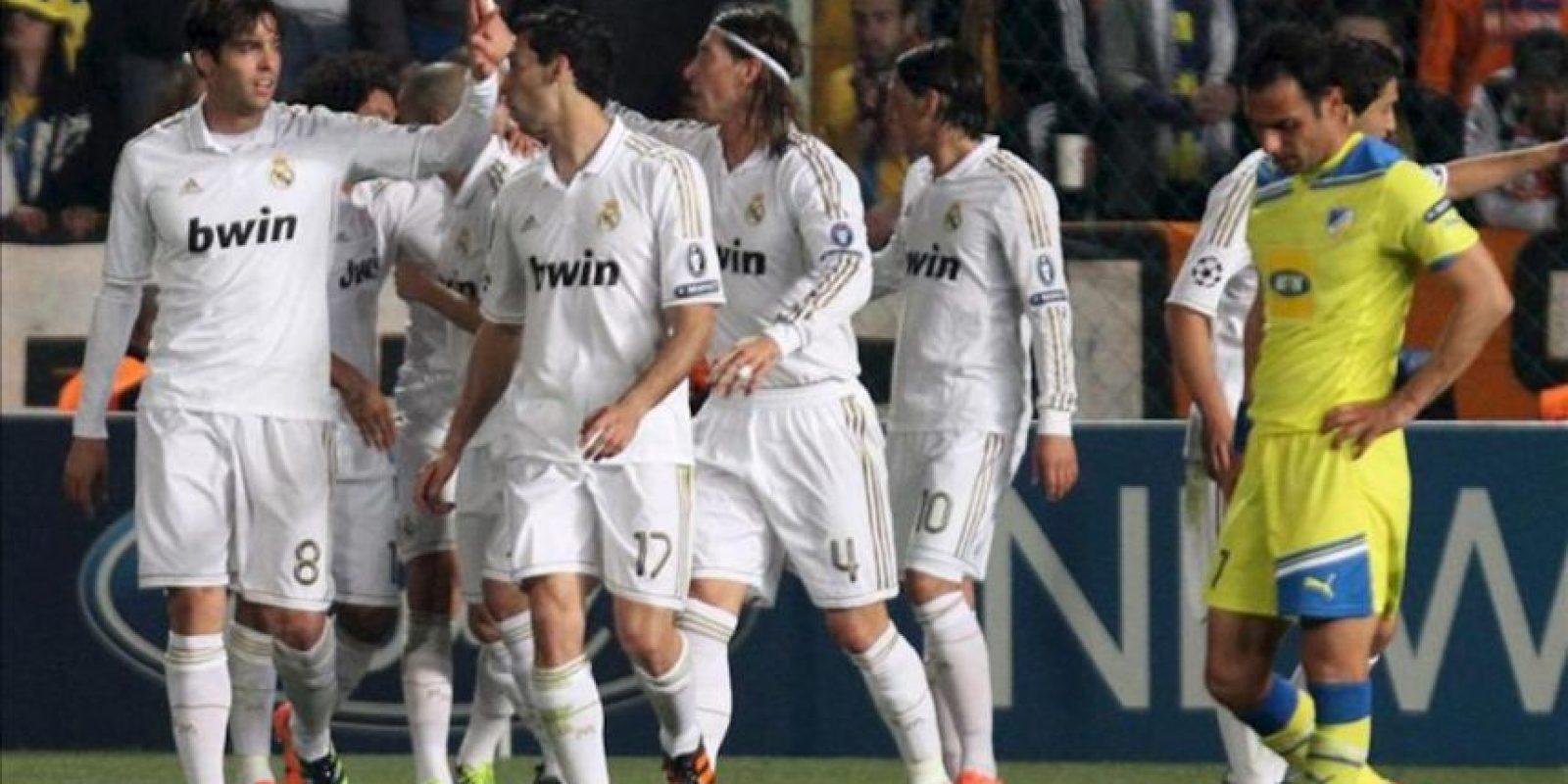 Jugadores del Real Madrid celebran una anotación contra el Apoel FC durante el partido de ida de cuartos de final de Liga de Campeones disputado en el estadio GSP de Nicosia (Chipre). EFE