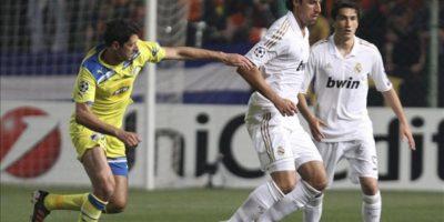 El centrocampista alemán del Real Madrid Sami Khedira (c) lucha por el control del balón con Helio Pinto del Apoel FC durante el partido de ida de cuartos de final de Liga de Campeones disputado en el estadio GSP de Nicosia, Chipre. EFE