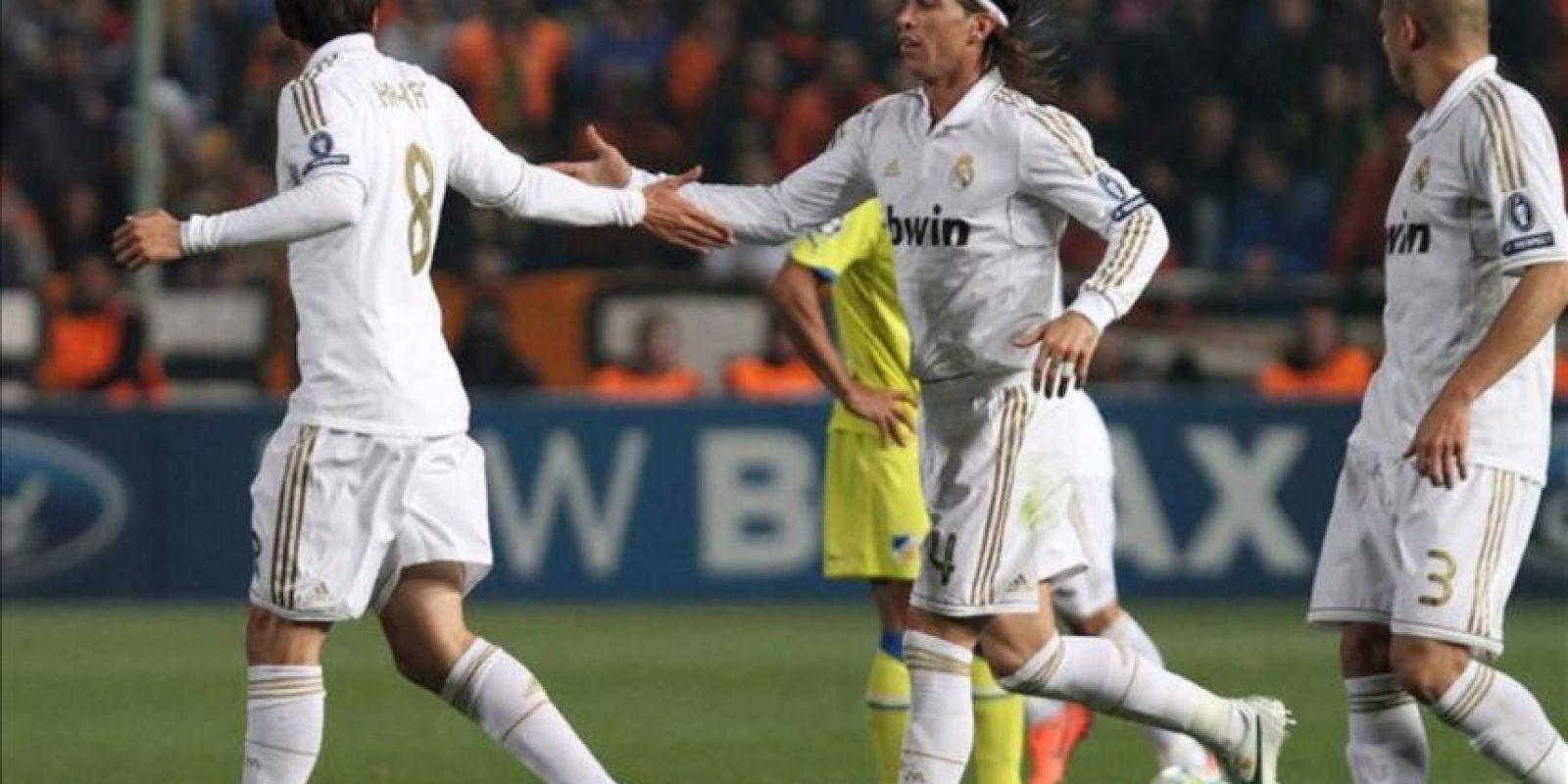 Los jugadores Kaka (i) y Sergio Ramos (c) del Real Madrid celebran el 2-0 contra el Apoel FC durante el partido de ida de cuartos de final de Liga de Campeones disputado en el estadio GSP de Nicosia (Chipre). EFE