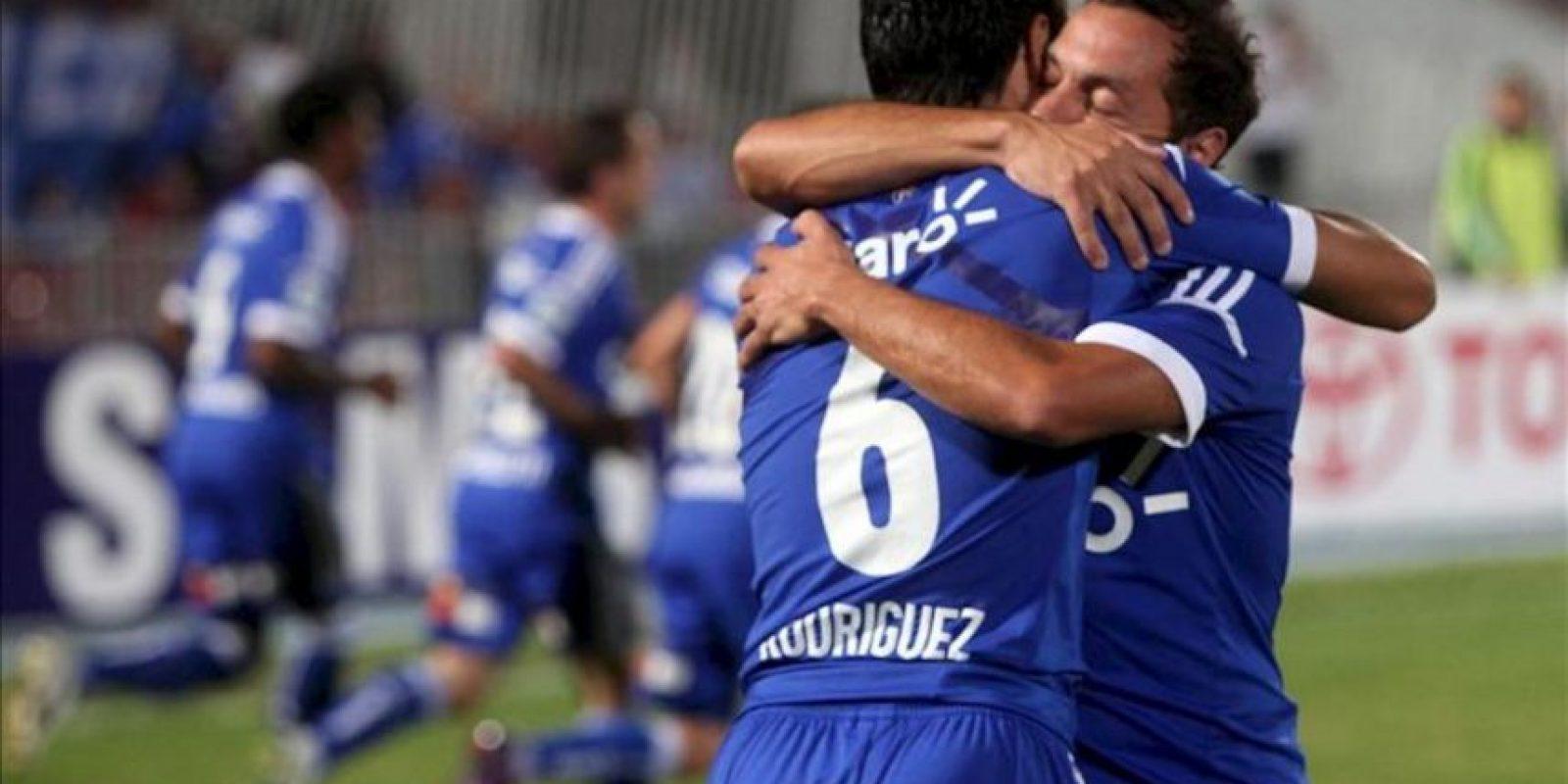 El jugador de la Universidad de Chile Matías Rodriguez (i) celebra su gol contra Peñarol, durante la primera ronda de clasificación de la Copa Libertadores en el Estadio Nacional de Santiago (Chile). EFE