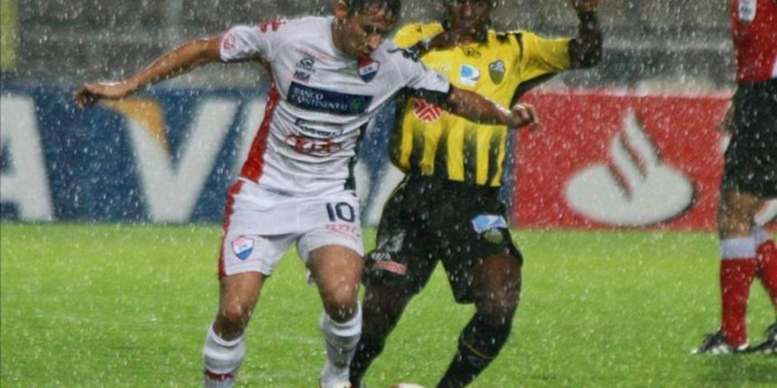 El jugador Gustavo Noguera (izq) del equipo Nacional de Paraguay, disputa el balón con Ángel Chourio del Deportivo Táchira de Venezuela, durante el partido de la Copa Libertadores en el estadio de Pueblo Nuevo en San Cristobal (Venezuela). EFE