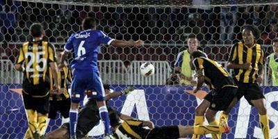 El jugador de la Universidad de Chile Matías Rodriguez (c) anota un gol ante Peñarol, durante la primera ronda de clasificación de la Copa Libertadores en el Estadio Nacional de Santiago (Chile). EFE