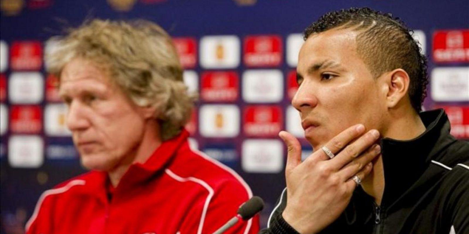 El entrenador holandés Gertjan Verbeek y el jugador costarricense Esteban Alvarado Brown en la rueda de prensa del AZ en Alkmaar, Holanda. El AZ se enfrenta el 29 de marzo al Valencia en el partido de ida de los cuartos de final de la Europa League. EFE