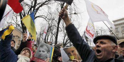 Seguidores de la ex primera ministra y actual líder opositora encarcelada, Yulia Timoshenko, se manifiestan para pedir su libertad, hoy miércoles 28 de marzo de 2012 en Kiev, Ucrania.EFE