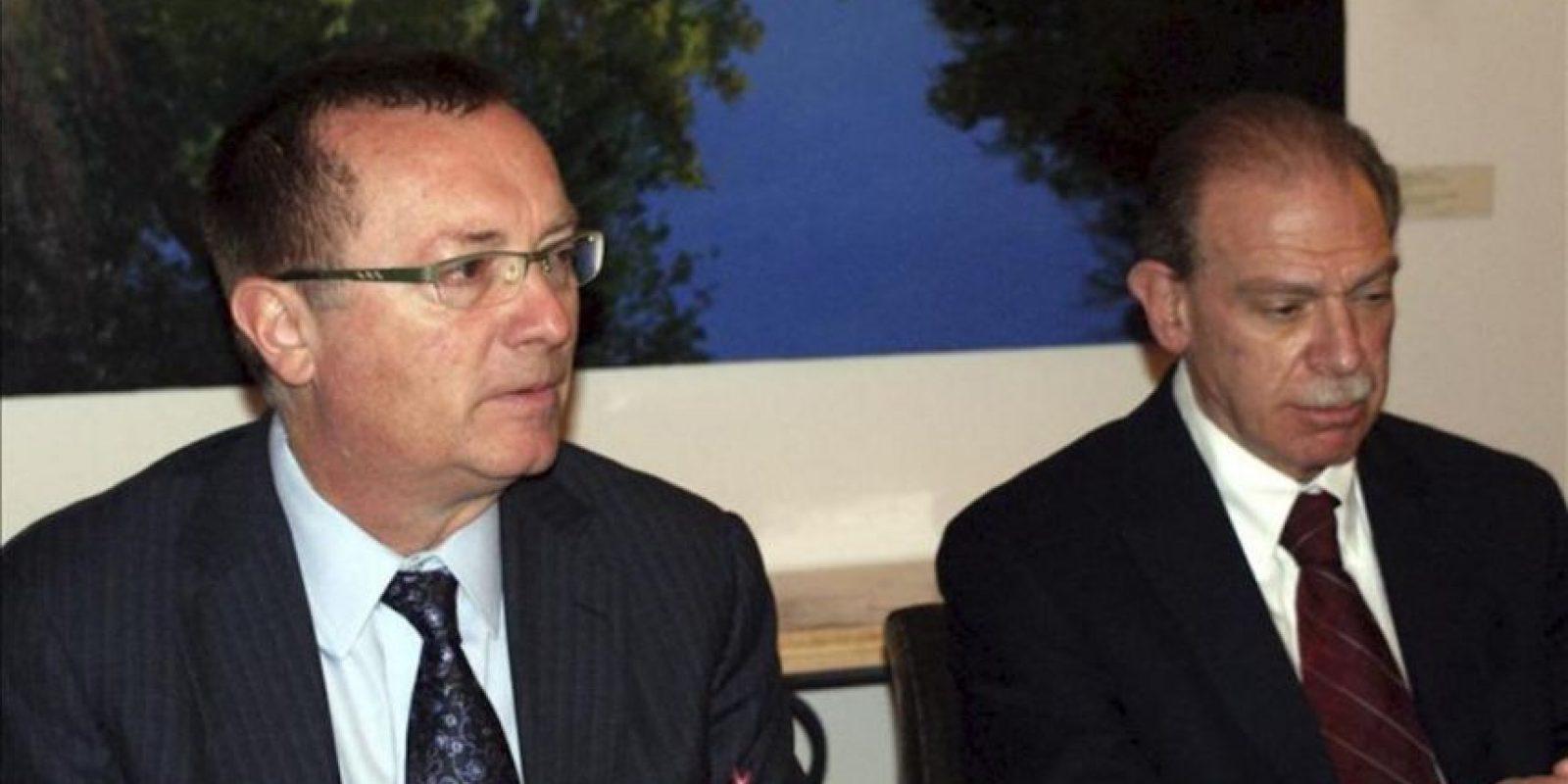El secretario de Estado adjunto de Asuntos de Oriente Próximo, Jeffrey D. Feltman, (i), junto al embajador estadounidense en Yemen, Gerald Feierstein (d) comparecen hoy ante los medios en la embajada estadounidense en Saná, Yemen. EFE