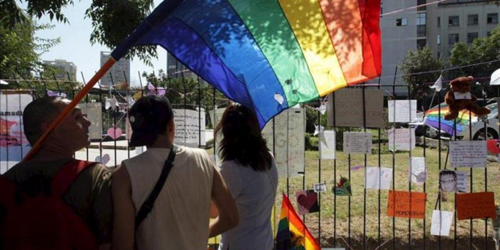 Una pareja homosexual observa los mensajes en las afueras de la Posta Central, el principal hospital de urgencias de Santiago (Chile), donde este martes murió Daniel Zamudio, 25 días después de ser agredido por un grupo de presuntos neonazis, debido a su condición de homosexual, lo que generó una amplia ola de repudio en el país. EFE