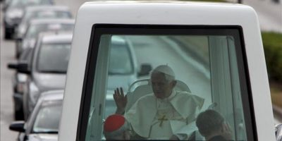El papa Benedicto XVI viaja en el papamóvil hacia el aeropuerto José Martí de La Habana (Cuba), poco antes de concluir una visita de tres días a Cuba. EFE