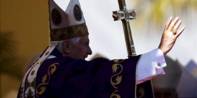 El papa Benedicto XVI abandona la Plaza de la Revolución José Martí, en La Habana, luego de oficiar una misa campal durante su última jornada en Cuba. EFE