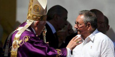 El papa Benedicto XVI (i) saluda al presidente cubano, Raúl Castro, al final de la misa multitudinaria que ofició en la Plaza de la Revolución José Martí, en La Habana, durante su última jornada en Cuba. EFE