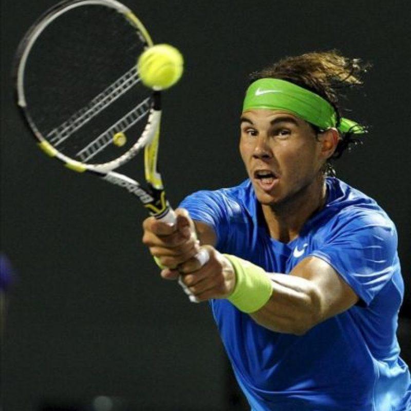 El tenista español Rafael Nadal devuelve la pelota ante el francés Jo-Wilfried Tsonga durante un partido del torneo de tenis de Miami disputado en Cayo Vizcaíno, Florida (EE.UU.). EFE