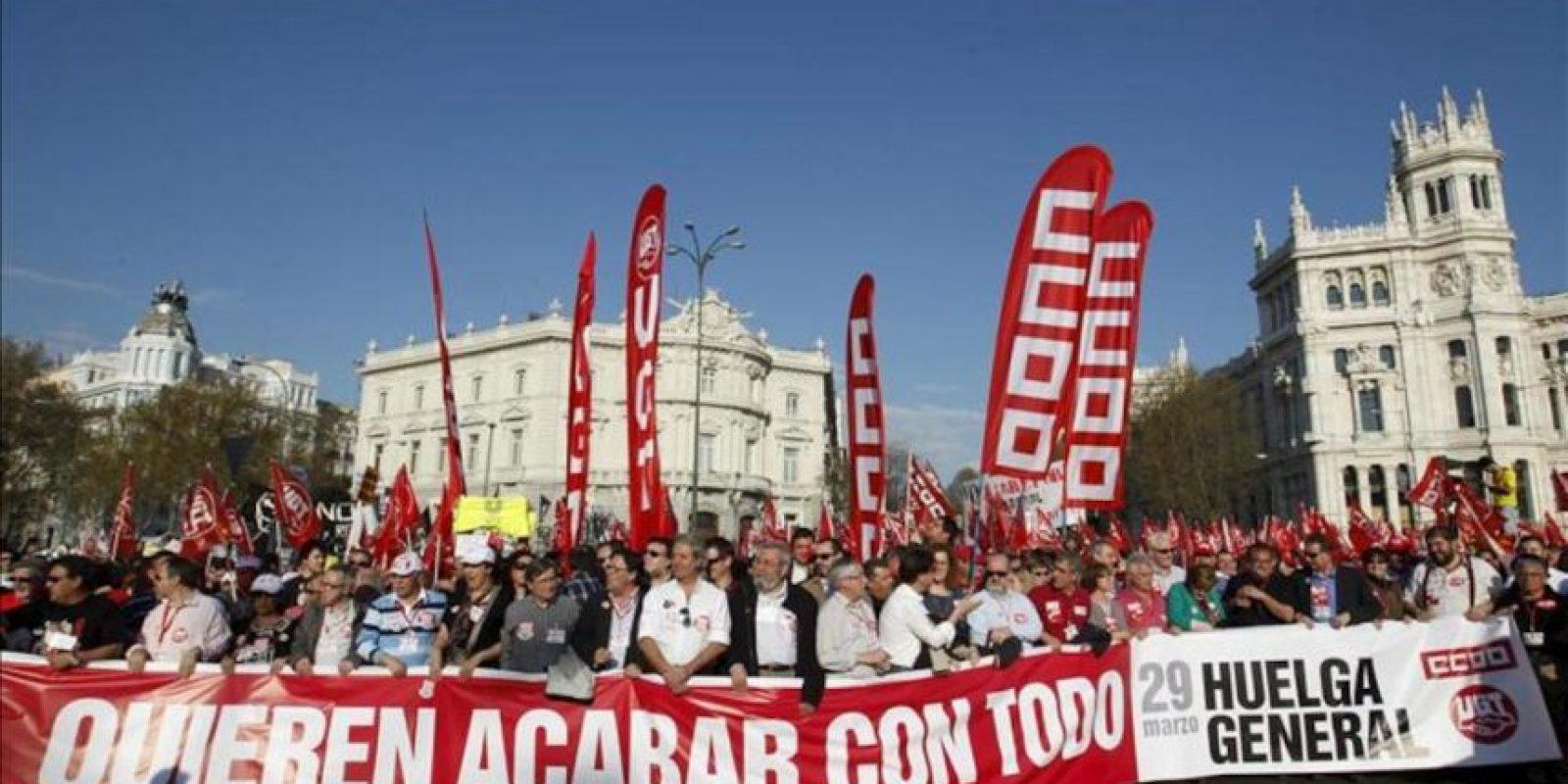 Los secretarios generales de UGT, Cándido Méndez, y CCOO, Ignacio Fernández Toxo, junto con dirigentes sindicales madrileños encabezan la manifestación celebrada esta tarde en Madrid como cierre de la jornada de huelga general convocada por sus sindicatos contra la reforma laboral. EFE