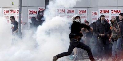 Manifestantes increpan durante los disturbios ocurridos en la jornada de huelga general convocada por los sindicatos. EFE