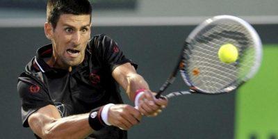 El tenista serbio Novak Djokovic devuelve la pelota ante el español David Ferrer durante un partido del Torneo de Miami disputado en Cayo Vizcaíno, Florida (EE.UU.). EFE
