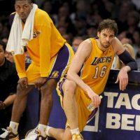 Los jugadores de los Lakers de Los Angeles Metta World Peace (izq) y el español Pau Gasol (dcha), observan desde el banquillo el partido de baloncesto de la NBA disputado contra los Thunder de Okahoma City en el pabellón Staples Center de Los Angeles, California (Estados Unidos). EFE