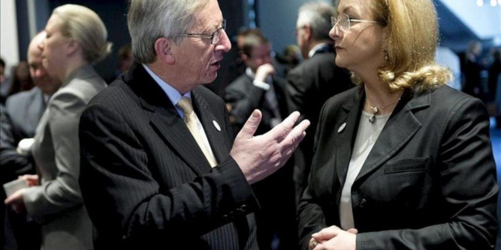 El primer ministro luxemburgués, Jean-Claude Juncker (izq), conversa con la ministra de Finanzas austríaca, Maria Fekter, al inicio de la reunión informal de dos días de duración mantenida por los ministros de Economía y Finanzas de la UE hoy en Copenhague. EFE