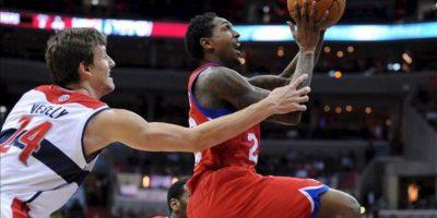 El jugador de Sixers Lou Williams (d) se dirige a la cesta ante la marca de Jan Vesely (i), de Wizards, durante un partido por la NBA en el Verizon Center de Washington (DC, EE.UU.). EFE