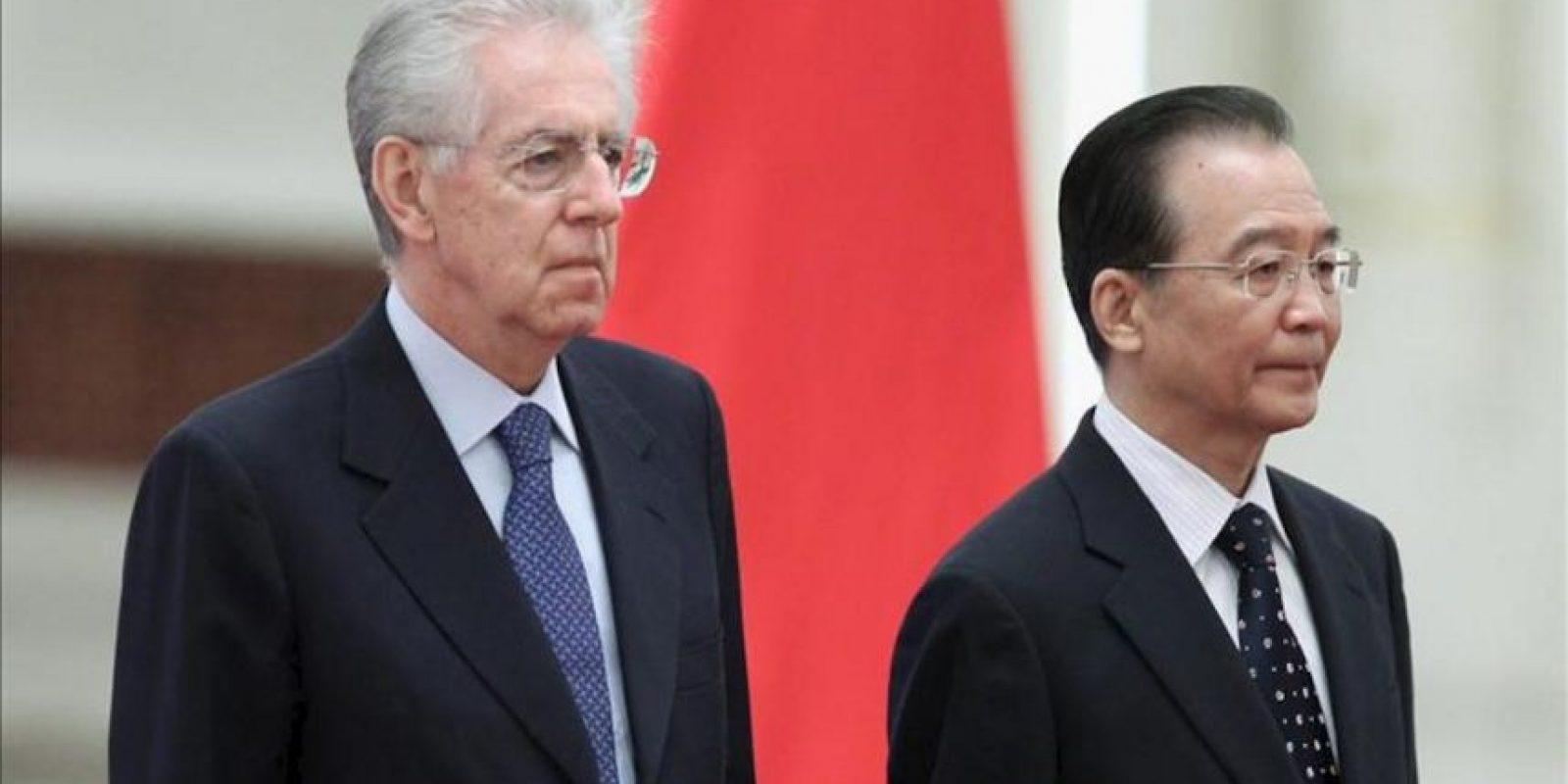 El primer ministro de China, Wen Jiabao (d), y su homólogo italiano, Mario Monti (i), escuchan los himnos nacionales respectivos durante una ceremonia de bienvenida hoy, en el Gran Salón del Pueblo en Pekín (China). EFE