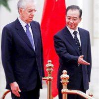 El primer ministro de China, Wen Jiabao (d), y su homólogo italiano, Mario Monti (i), durante una ceremonia de bienvenida hoy, en el Gran Salón del Pueblo en Pekín (China). EFE