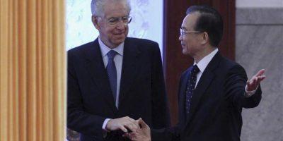 El primer ministro de China, Wen Jiabao (d), saluda a su homólogo italiano, Mario Monti (i), previo a una ceremonia de bienvenida hoy, en el Gran Salón del Pueblo en Pekín (China). EFE