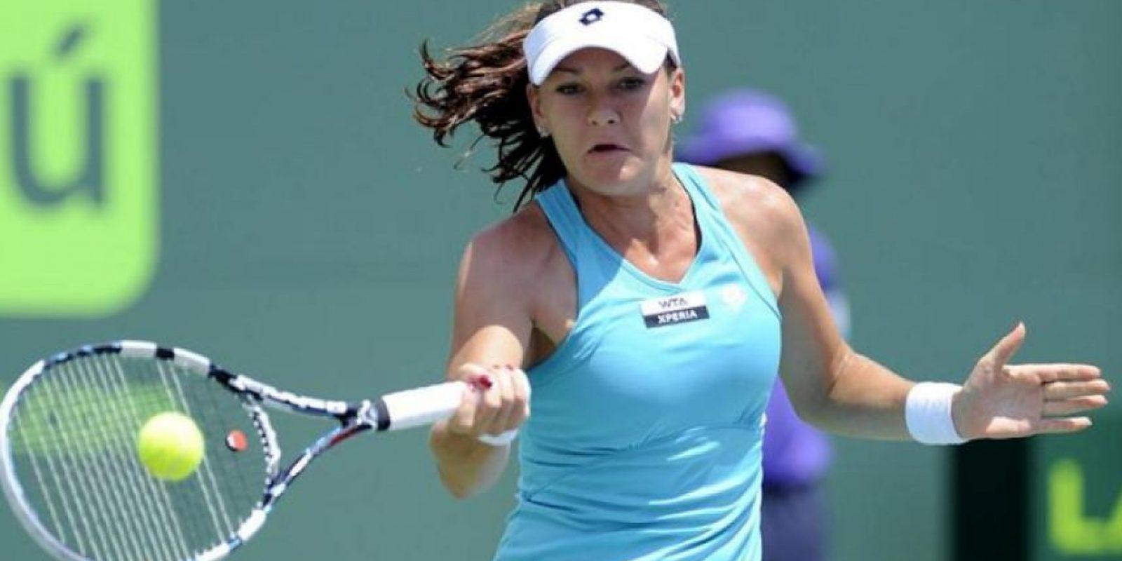 La tenista polaca Agnieszka Radwanska devuelve una bola a la rusa Maria Sharapova, durante la final del torneo de Miami, en Cayo Vizcaíno, Florida. Radwanska se impuso, con parciales 7-5 y 6-4, para ganar el certamen. EFE