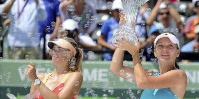 La tenista polaca Agnieszka Radwanska celebra la victoria conseguida ante la rusa Maria Sharapova (i), tras la final del torneo de Miami, en Cayo Vizcaíno, Florida. EFE