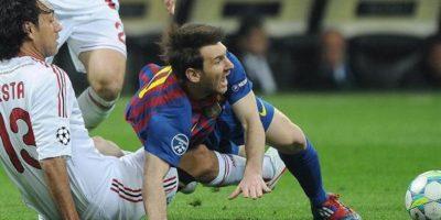 El jugador del AC Milán, Alessandro Nesta (i), disputa un balón con el atacante argentino del FC Barcelona, Lionel Messi (d), durante el partido de ida por cuartos de final de la Liga de Campeones disputado en el estadio Giuseppe Meazza de Milán (Italia). EFE/Archivo